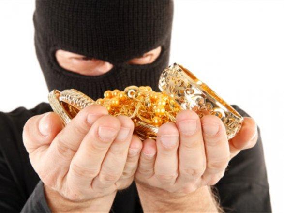 Злоумышленник разбил окно и вынес из дома золотые изделия