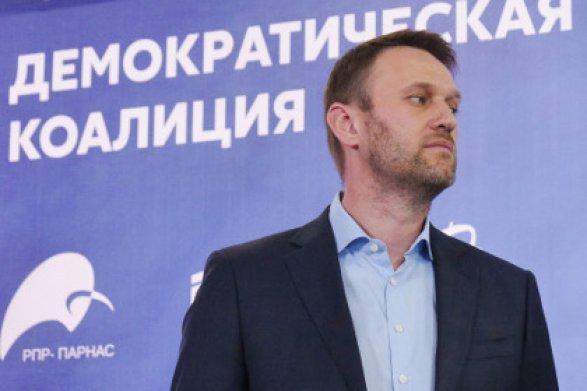 Навального забросали пирожными ипрезервативами вНовосибирске