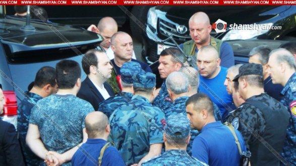 Армения: Силовики 2-ой день просят сдаться захватчиков милиции вЕреване