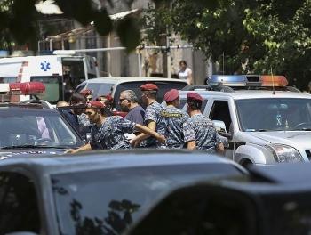 Солдаты открыли огонь в Ереване: идет бой