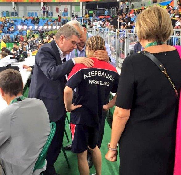 Японка Эри Тосака, выиграв Олимпиаду вборьбе, подняла наплечи своего тренера