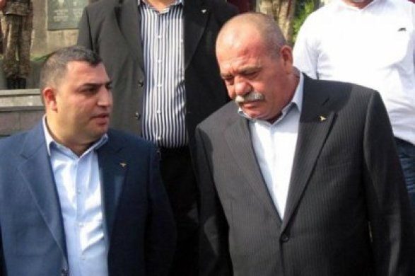 Машина главы города Эчмиадзина обстреляна, его соперник навыборах— в клинике