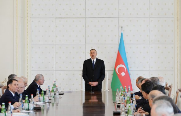 Экзитполы: азербайджанцы проголосовали заизменение конституции страны