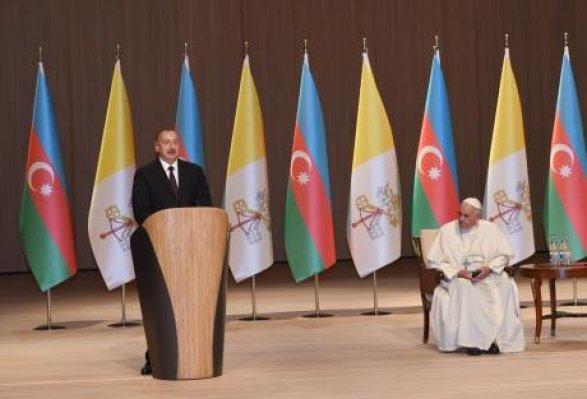 «Мывсе— братья»: Папа Римский прибыл вАзербайджан