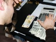 Бедный манат: Центробанк повышает курс, а банки понижают