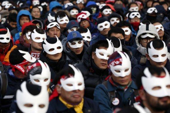 ВСеуле более 20 тысяч человек вышли намитинг, требуя отставки президента