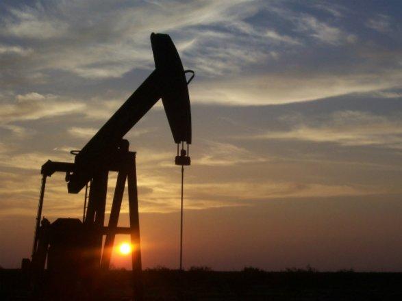 Нефть возобновила падение намировых биржах
