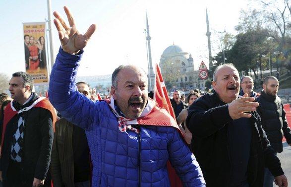 ВСтамбуле митингующие атакуют ГенконсульствоРФ из-за ситуации вАлеппо