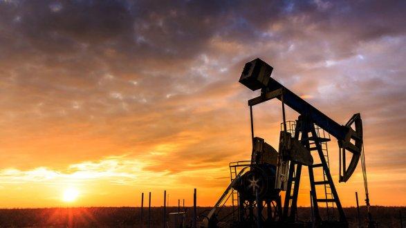 Цены нанефть слабо понижаются впятницу, завершают неделю вминусе