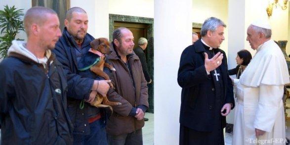 Папа Римский вчесть своего 80-летия накормил бездомных