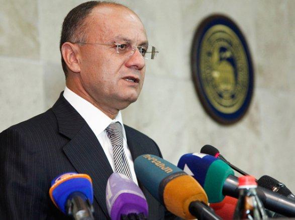 Прошлый министр обороны Армении идет навыборы