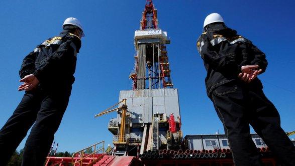 Нефть слабо снижается вконце рабочей недели, Brent торгуется у $54,85 забаррель