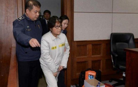 «Стяжестью насердце»: расстроенная Пак Кын Хе повстречалась с репортерами