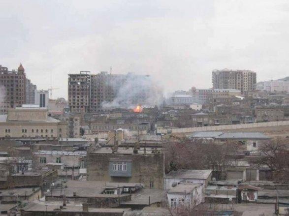 Работники МЧС спасли 3-х человек изгорящего здания встолице Азербайджана