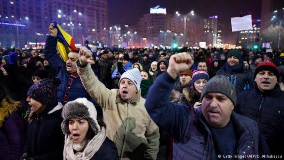 Наантиправительственные протесты вРумынии вышли неменее 100 тысяч человек