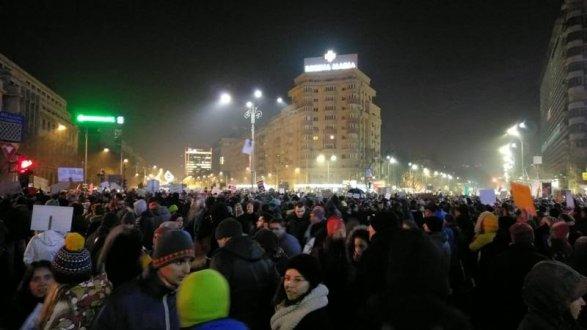 Наплощадь перед зданием руководства вБухаресте вновь вышли тысячи протестующих