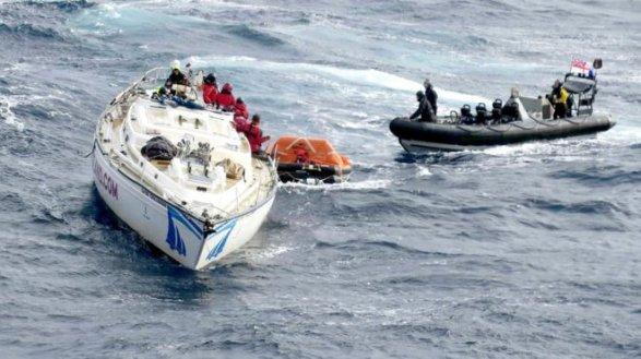 Британский военный корабль спас пассажиров круизной яхты