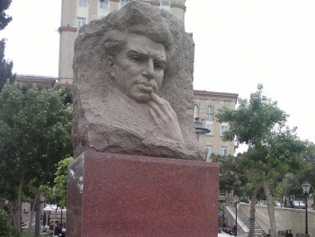 В Баку снесли памятник Микаилу Мушвигу Без ведома Минкультуры; фото
