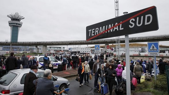 Встолице франции  из-под ареста  освобождён отец напавшего наполицейских ваэропорту Орли