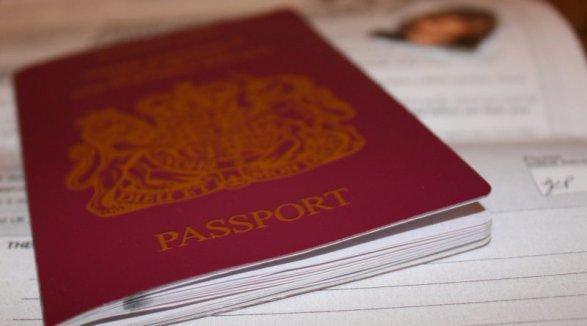 Английским паспортам возвратят традиционный цвет после Brexit