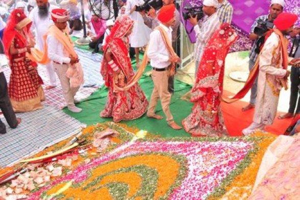Виндийской деревне сотням невест подарили деревянные биты для мужей-пьяниц