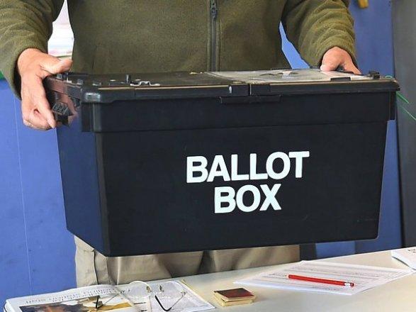 Правящая Консервативная партия выигрывает наместных выборах в Англии