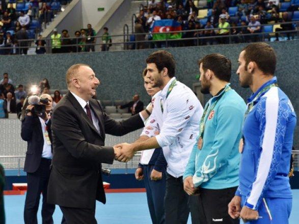 Ильхам Алиев встретился спобедителями Исламиады обновлено