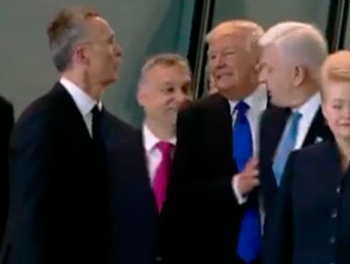 Трамп оттолкнул премьера Черногории на саммите НАТО