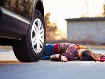 Автомобиль наехал на мать и дочь в Губе
