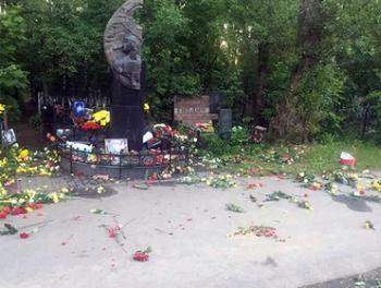 Вандалы осквернили могилу Виктора Цоя
