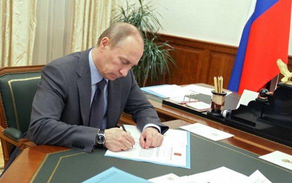 Путин утвердил поправки взакон овоенном положении