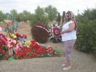 Оксана Алтунян возложила цветы на могилу двухлетней Захры