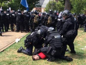 В США акцию неонацистов разогнали войска фото