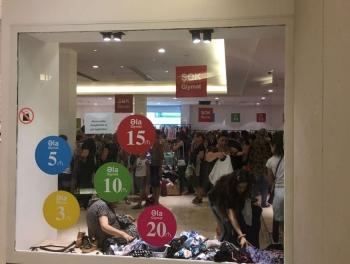 Обезумевшая толпа покупателей штурмует торговый центр в Баку