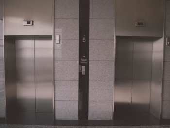 Пациентку в испанской больнице разрубило лифтом