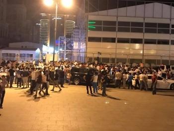 В центре Баку тысячи людей скандируют: