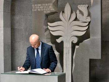 Министр-азербайджанец склонил голову у мемориала «геноцида армян» в Ереване