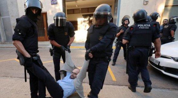 Испанская милиция начала обыски вправительственных зданиях Каталонии
