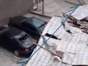 Сильный ветер в Масаллы сорвал крышу дома