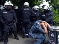 Полиция атакует врачей, адвокатов и парламентских наблюдателей