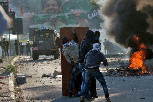 Израильская армия атаковала протестующих палестинцев. В русских репортеров угодила граната