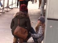 9-летняя Фатима из Азербайджана замерзает на улицах Франции