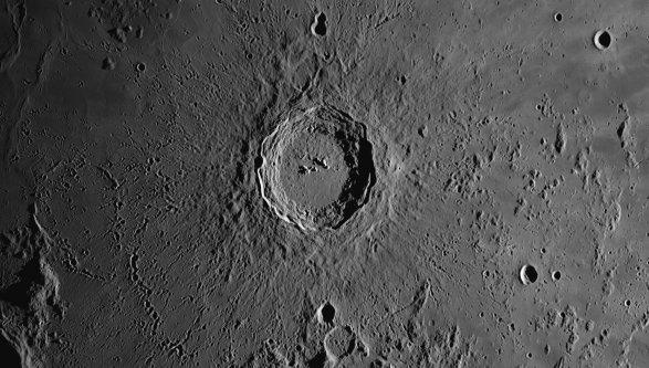 Следы воды отыскали повсей Луне