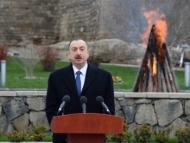 Семья Алиевых празднует Новруз на улицах Баку