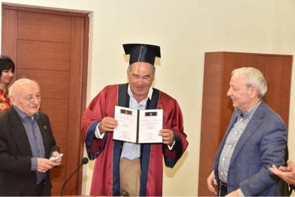 Российский олигарх стал почетным доктором в Баку