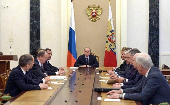 Путин обсудил сШойгу иГерасимовым Сирию ивопросы военного возведения