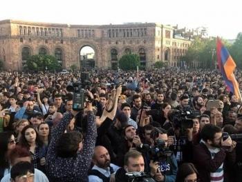 Десятки тысяч человек на улицах Еревана