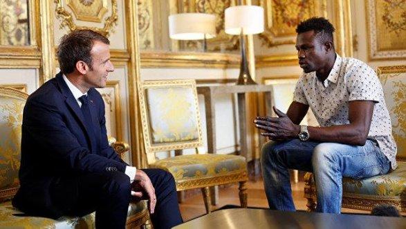 Встолице франции малиец спас ребенка отпадения изокна— видео; обновлено 13