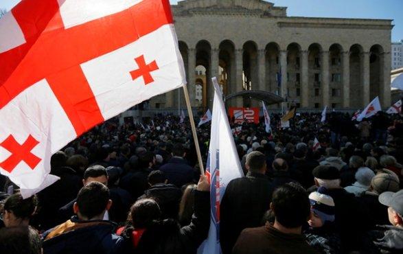 Участники массовой акции протеста вТбилиси требуют отставки руководства