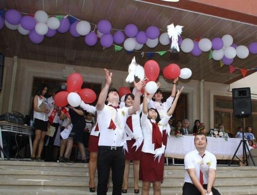 На последнем звонке в школах Азербайджана звучит «Доля воровская»